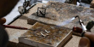 atelier-victor-tijssen-stefan-goudsmid-solderen-gouden-oorbel-vogel